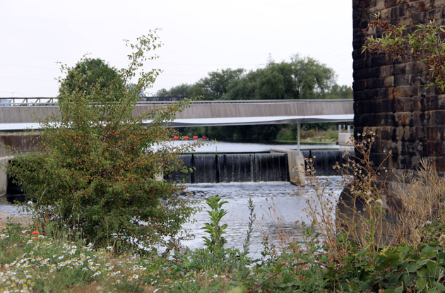 Moveable weir flood defence on the River Aire