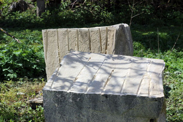 Splitting the stone block